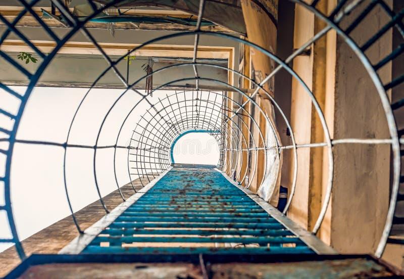 Σκαλοπάτια οδών στη στέγη στοκ φωτογραφίες