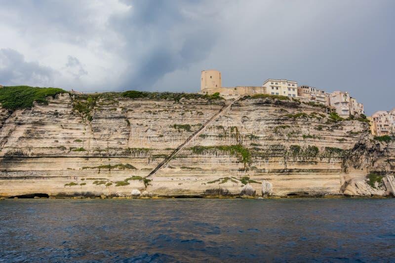 Σκαλοπάτια που χαράζονται στον παράκτιο βράχο που οδηγεί στην πόλη στοκ εικόνες