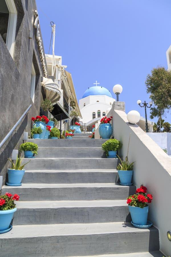 Σκαλοπάτια σε Thira με την εκκλησία του ST Γεράσιμος στο τέλος σε Thira, Sa στοκ εικόνες