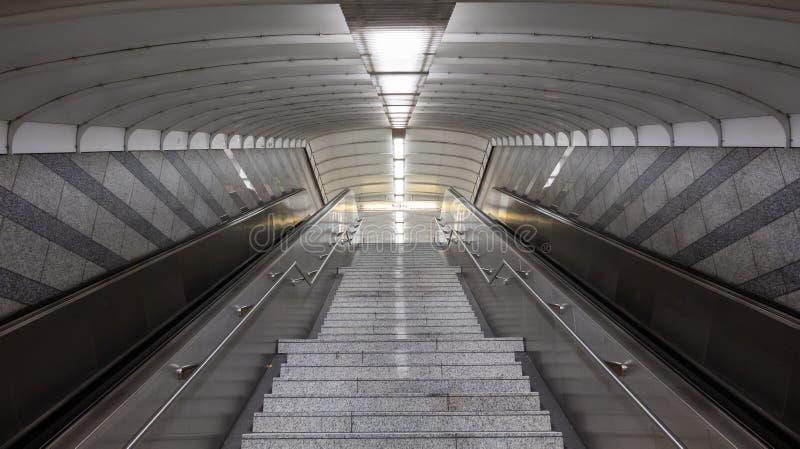 Σκαλοπάτια των κυλιόμενων σκαλών σκαλών και σχοινιών στο σταθμό μετρό στοκ φωτογραφία