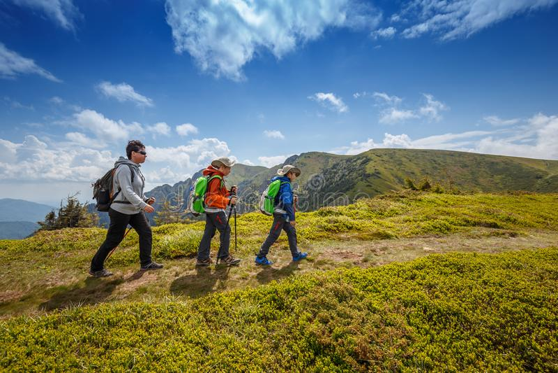 Σκανδιναβικός περίπατος στο δρόμο βουνών στοκ εικόνες