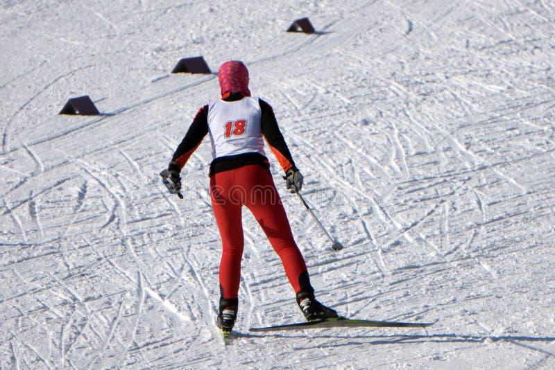 Σκανδιναβικός σκιέρ στο κόκκινο στο άσπρο σύνολο χειμερινής φύσης του χιονιού Αθλητική ενεργός φωτογραφία στοκ φωτογραφίες με δικαίωμα ελεύθερης χρήσης
