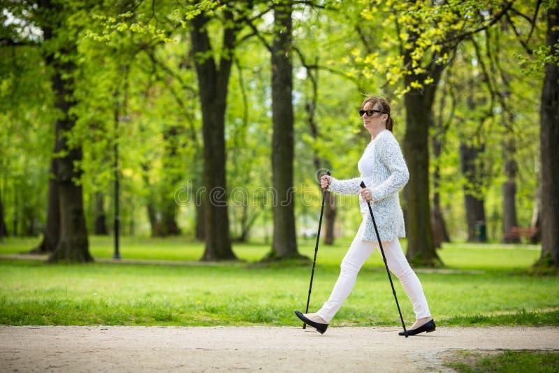 Σκανδιναβικό περπάτημα - επίλυση γυναικών Μεσαίωνα στοκ φωτογραφίες