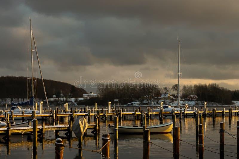 Σκανδιναβικές βάρκες κατά τη διάρκεια του ηλιοβασιλέματος το χειμώνα στοκ φωτογραφίες με δικαίωμα ελεύθερης χρήσης
