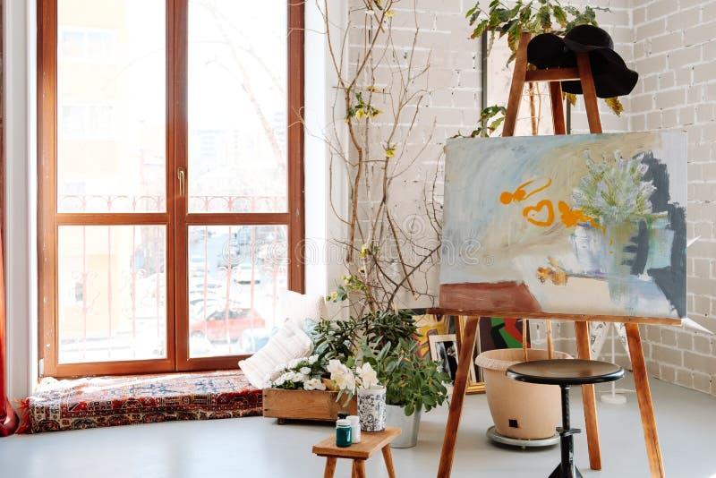 Σκανδιναβικό δωμάτιο σοφιτών ύφους hipster εσωτερικό, άνετο στοκ εικόνα