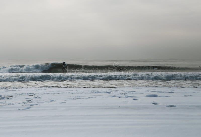 Σκαριφιστήρας Rockaway στη χιονισμένη παραλία Rockaway στοκ εικόνα