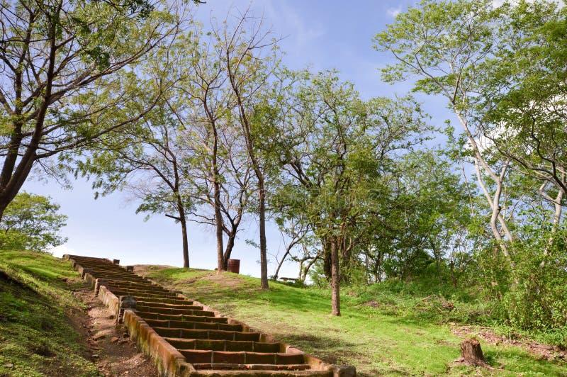 Σκαλοπάτια επάνω ο λόφος στο πάρκο μέσα στο Leon Viejo - καταστροφές στοκ εικόνα με δικαίωμα ελεύθερης χρήσης