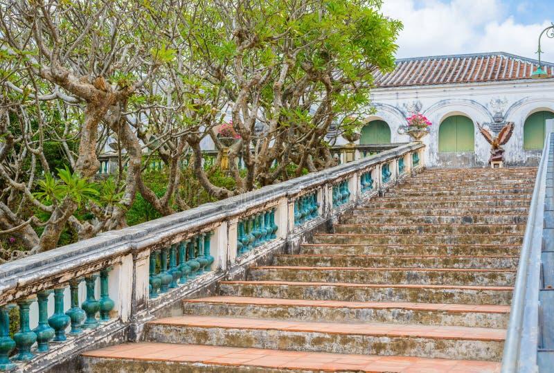 Σκαλοπάτια και κιγκλιδώματα φιαγμένα από αναδρομικό ύφος τσιμέντου στοκ φωτογραφίες με δικαίωμα ελεύθερης χρήσης