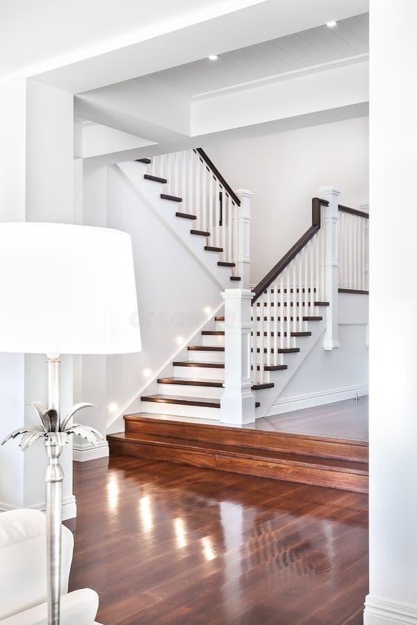 Σκαλοπάτια και στιλπνό ξύλινο πάτωμα της όμορφης ελκυστικής πολυτέλειας ho στοκ εικόνες