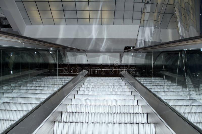 Σκαλοπάτια κυλιόμενων σκαλών που κινούνται επάνω στο σύγχρονο κτίριο γραφείων στοκ εικόνες με δικαίωμα ελεύθερης χρήσης