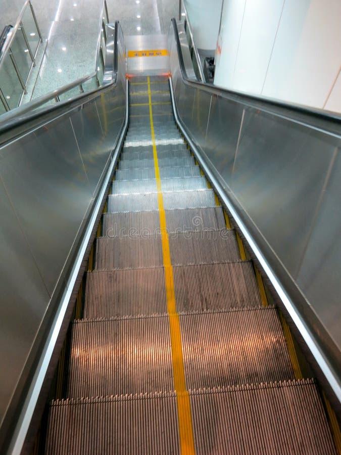 Σκαλοπάτια κυλιόμενων σκαλών στο σταθμό μετρό στοκ εικόνες με δικαίωμα ελεύθερης χρήσης