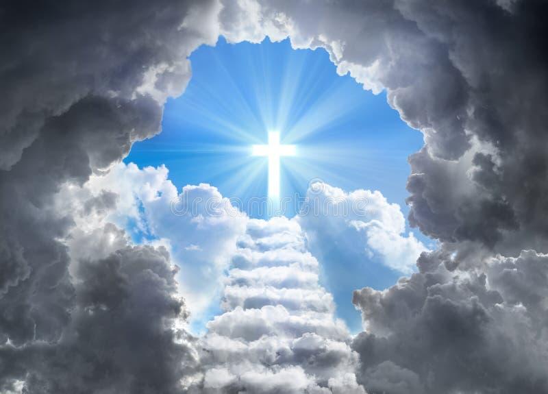 Σκαλοπάτια που οδηγούν στο σταυρό του φωτός στο τέλος της σήραγγας στοκ εικόνα