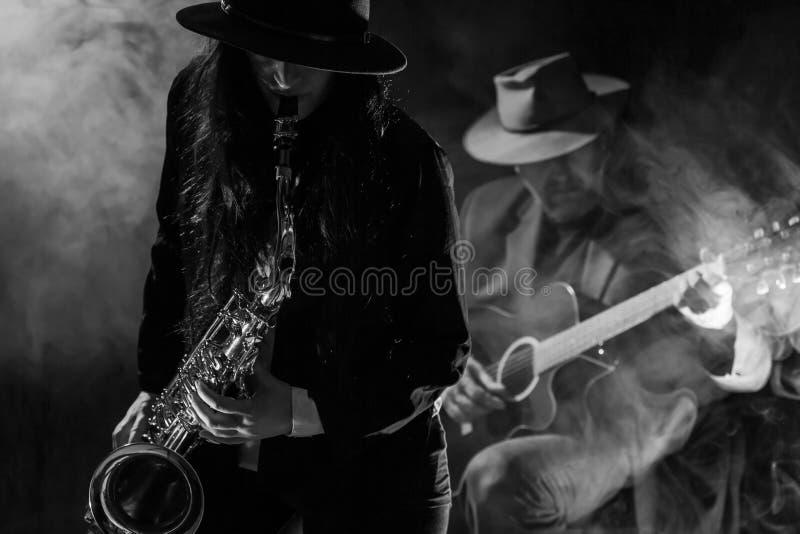 Σκεπάρνι και κιθάρα στοκ φωτογραφίες
