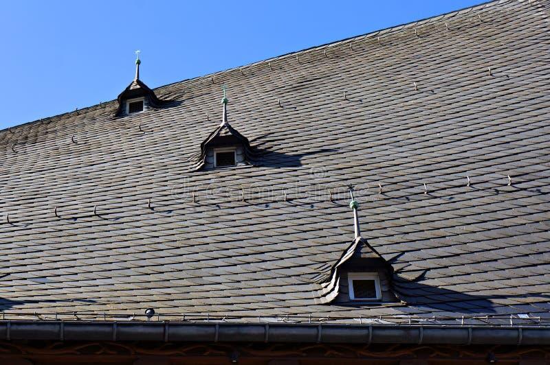 Σκεπή παλαιού σπιτιού καλυμμένη με φυσικά μαύρα πλακίδια από σχιστόλιθο στοκ φωτογραφίες