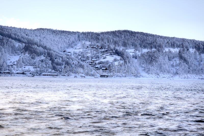 Σκεπασμένος με παχνη ποταμός Angara ακτών. HDR. Σιβηρία στοκ εικόνα με δικαίωμα ελεύθερης χρήσης