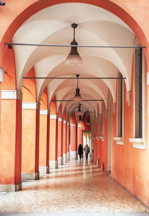 Σκεπαστή είσοδος πρόσοψης και arcades στη Μπολόνια, Ιταλία στοκ φωτογραφίες με δικαίωμα ελεύθερης χρήσης
