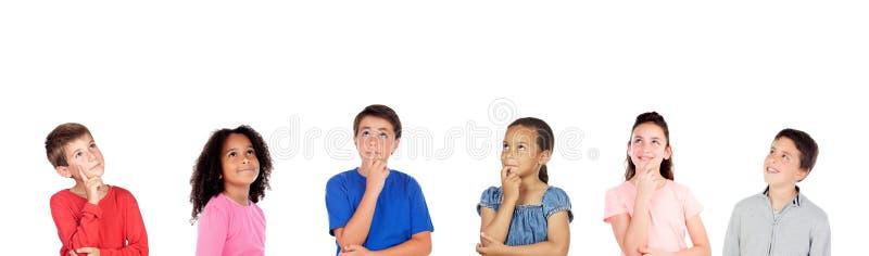 Σκεπτικά παιδιά που σκέφτονται για κάτι στοκ εικόνα με δικαίωμα ελεύθερης χρήσης