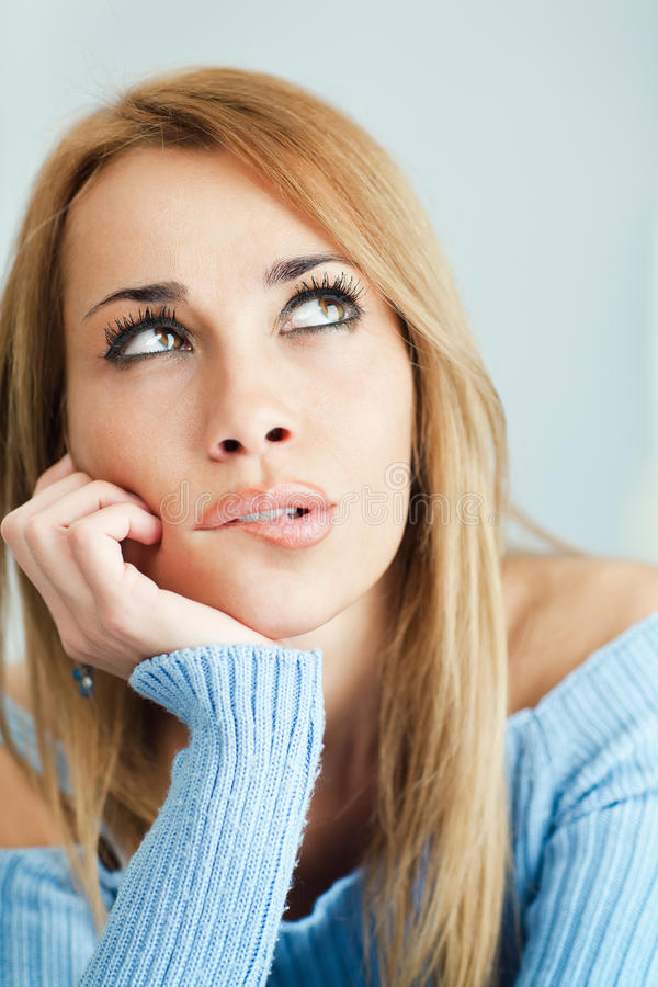 Σκεπτικά χείλια δαγκώματος γυναικών στοκ εικόνες με δικαίωμα ελεύθερης χρήσης