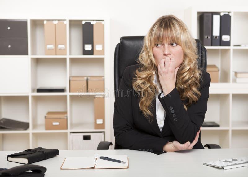 Σκεπτική ανησυχημένη επιχειρηματίας στοκ εικόνες