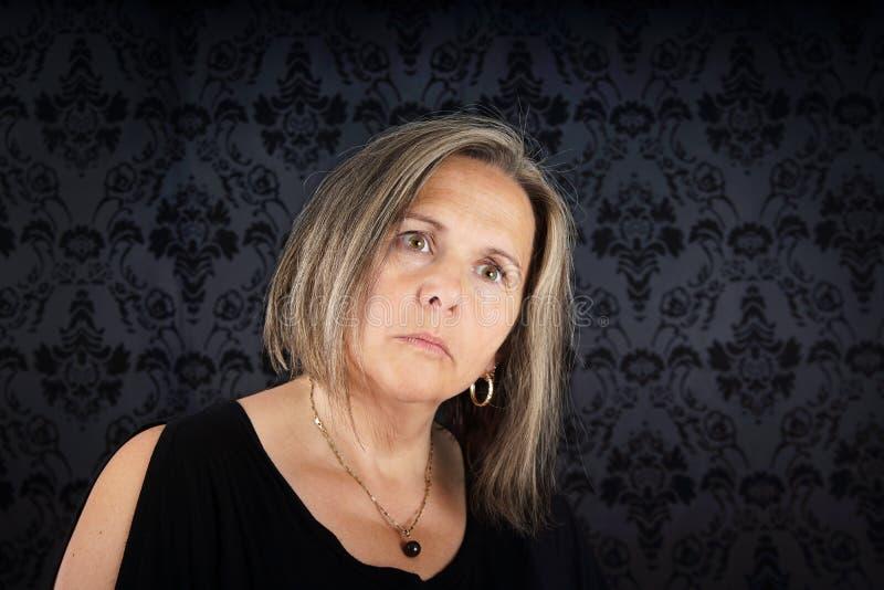 σκεπτική γυναίκα πορτρέτ&omicr στοκ φωτογραφία με δικαίωμα ελεύθερης χρήσης