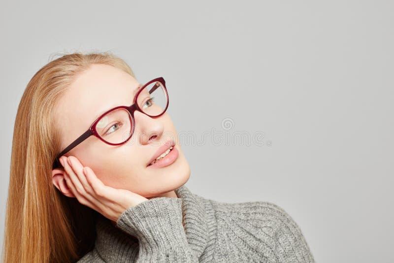 Σκεπτική γυναίκα που προγραμματίζει και που λαμβάνει τις αποφάσεις στοκ φωτογραφία