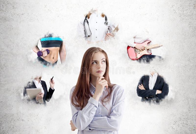 Σκεπτική νέα γυναίκα που εξετάζει τις πορείες σταδιοδρομίας στοκ φωτογραφία