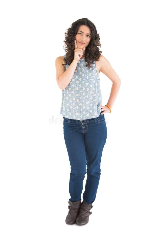 Σκεπτική όμορφη τοποθέτηση brunette στοκ εικόνες με δικαίωμα ελεύθερης χρήσης