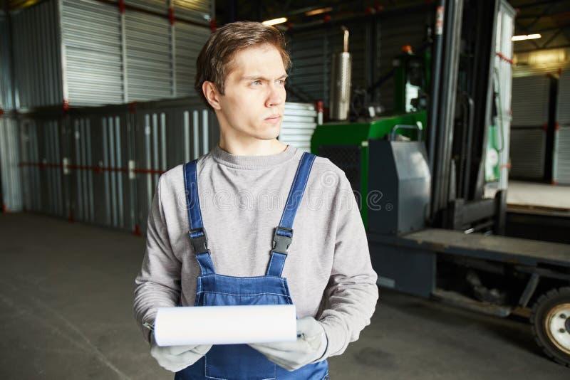 Σκεπτικός εργαζόμενος αποθήκευσης φορτίου στοκ φωτογραφίες
