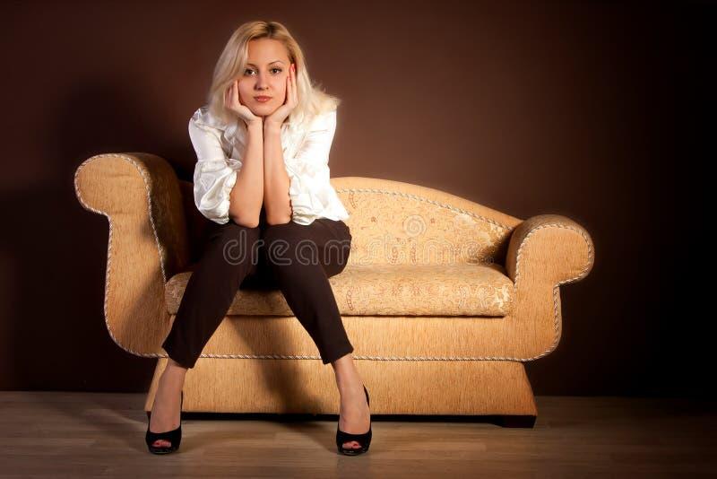 σκεπτικός καναπές κοριτσιών στοκ εικόνα με δικαίωμα ελεύθερης χρήσης