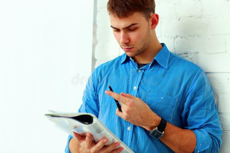 Σκεπτικός σπουδαστής που διαβάζει το σημειωματάριό του στοκ φωτογραφίες