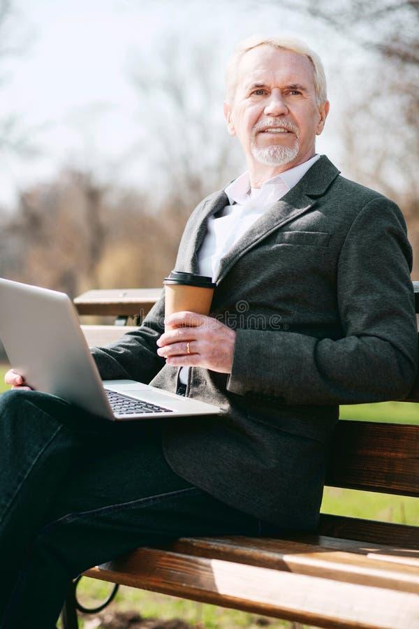 Σκεπτικός ώριμος επιχειρηματίας που ψάχνει το συνεργάτη στοκ φωτογραφία με δικαίωμα ελεύθερης χρήσης