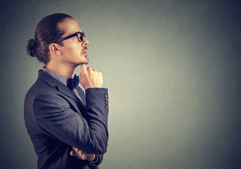 Σκεπτικό άτομο σχετικά με τα χείλια θυσμένος στοκ εικόνες