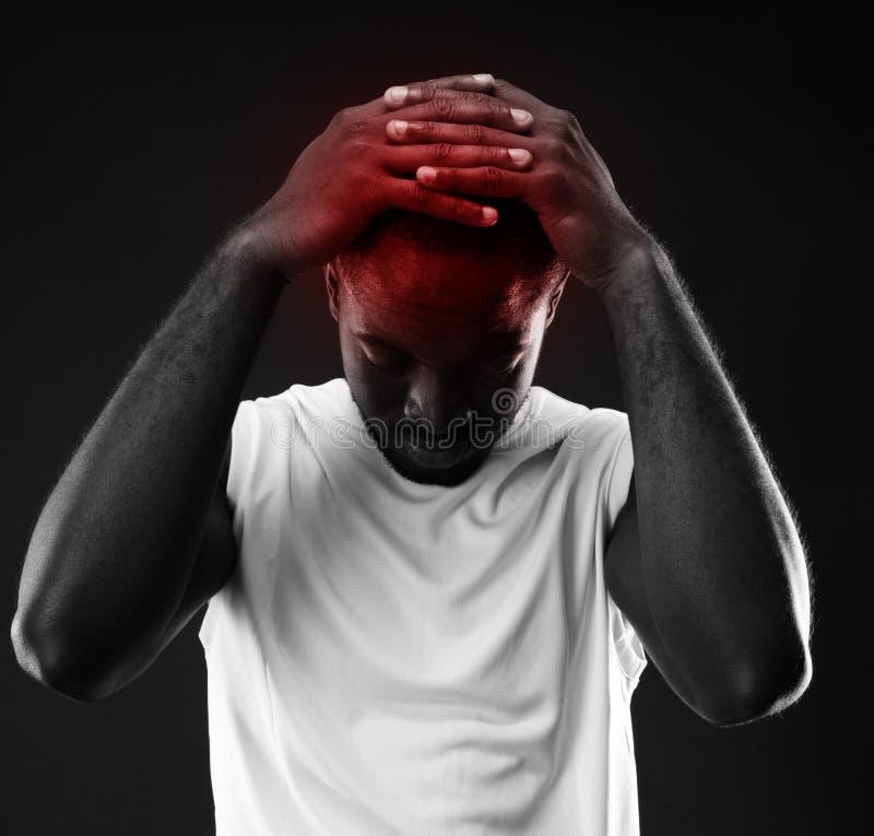 Σκεπτικό αφρικανικό άτομο σχετικά με το κεφάλι του στοκ φωτογραφία με δικαίωμα ελεύθερης χρήσης
