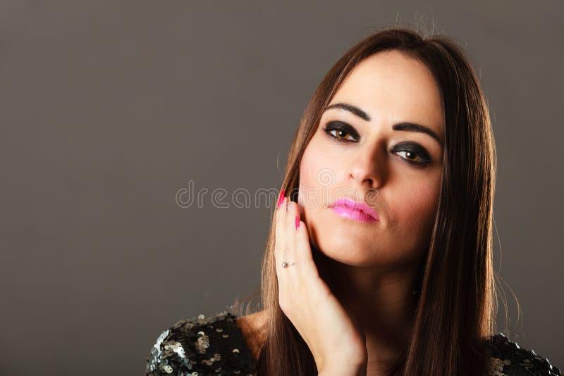 Σκεπτικό κορίτσι brunette πορτρέτου μακρυμάλλες στοκ φωτογραφία με δικαίωμα ελεύθερης χρήσης
