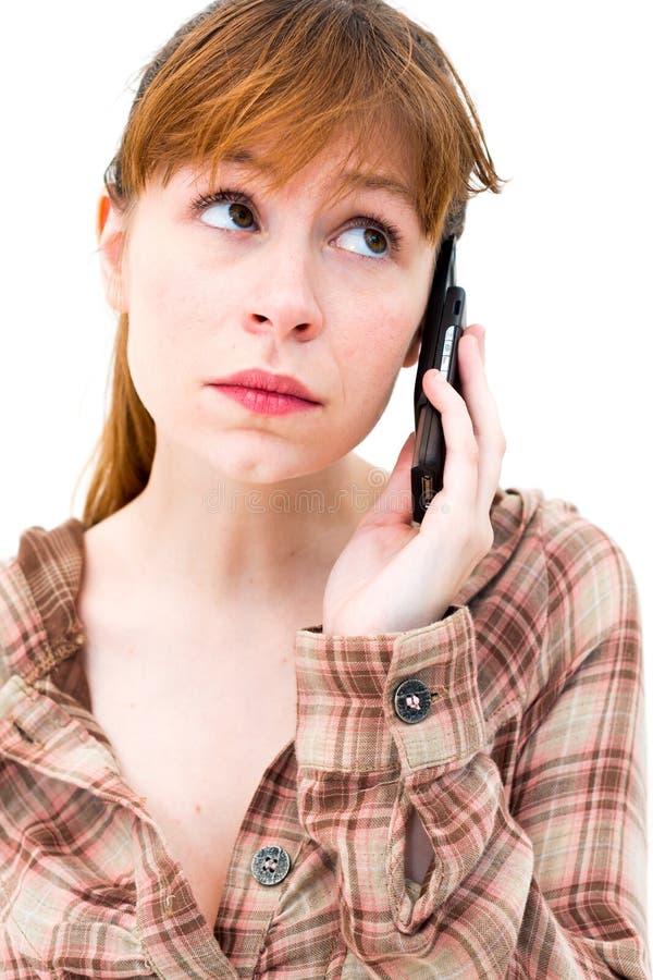 Σκεπτόμενη γυναίκα με το τηλέφωνο στοκ φωτογραφία με δικαίωμα ελεύθερης χρήσης