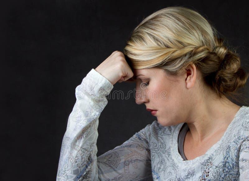 σκεπτόμενη γυναίκα πονοκέφαλου στοκ φωτογραφίες με δικαίωμα ελεύθερης χρήσης