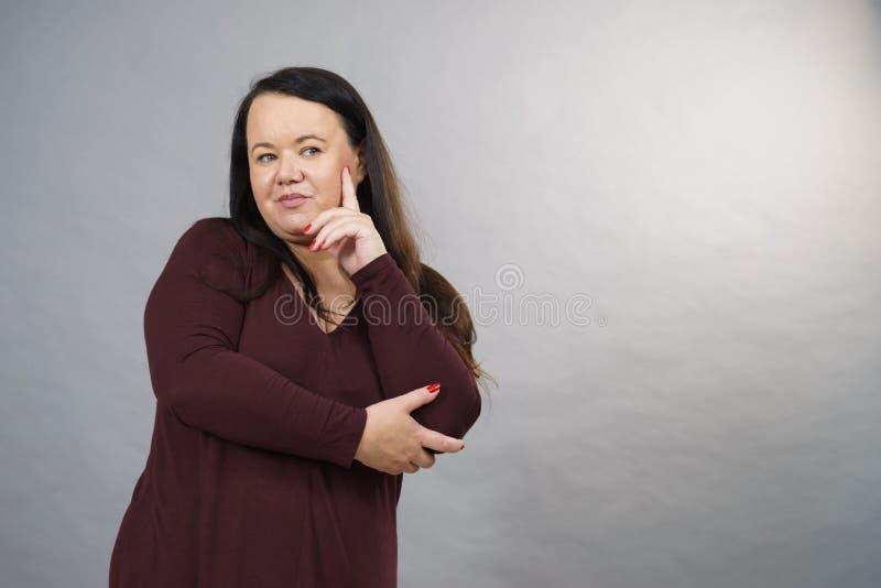 Σκεπτόμενη ενήλικη γυναίκα στοκ φωτογραφία με δικαίωμα ελεύθερης χρήσης