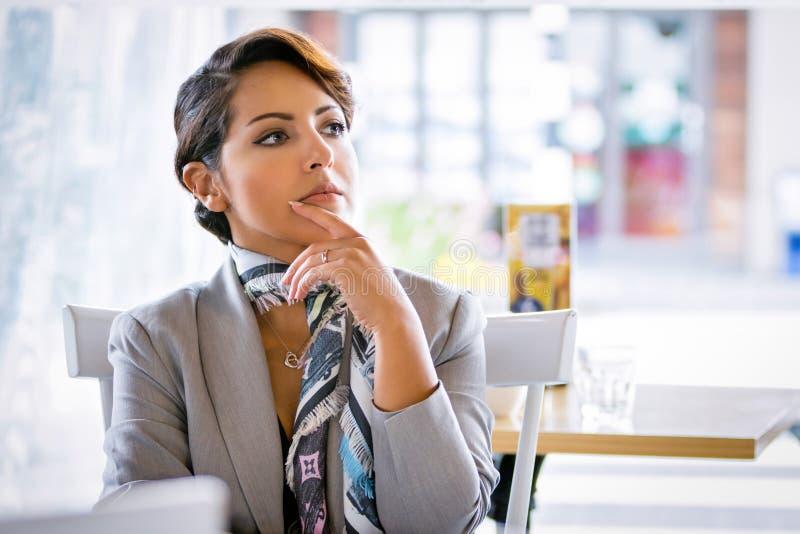 Σκεπτόμενη επιχειρησιακή γυναίκα στοκ εικόνα με δικαίωμα ελεύθερης χρήσης