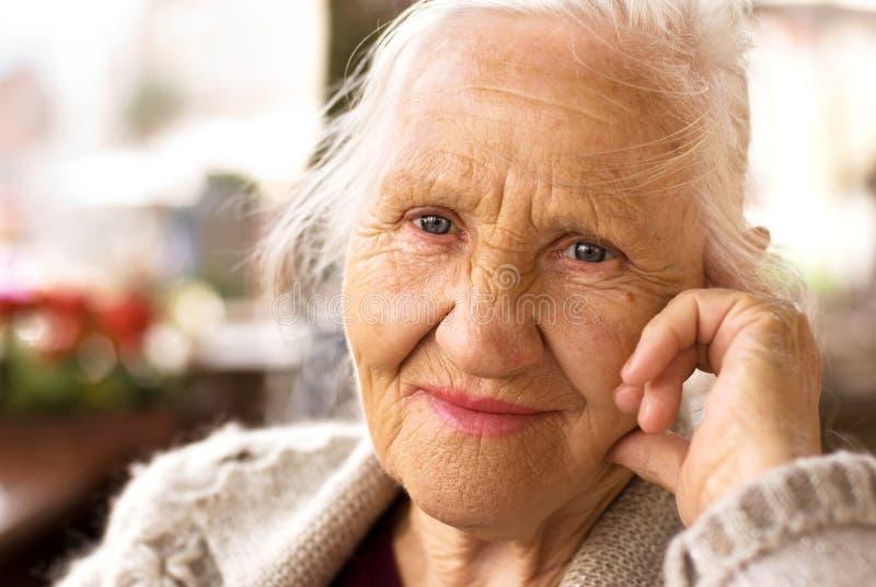 Σκεπτόμενη ηλικιωμένη γυναίκα στοκ εικόνες