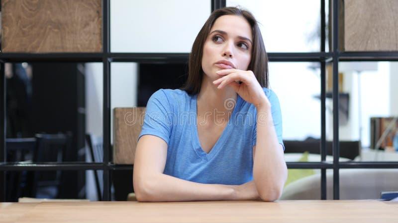 Σκεπτόμενη όμορφη γυναίκα Brunette, εσωτερική στοκ εικόνες με δικαίωμα ελεύθερης χρήσης