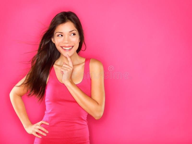 Σκεπτόμενη όμορφη νέα γυναίκα στοκ φωτογραφία με δικαίωμα ελεύθερης χρήσης