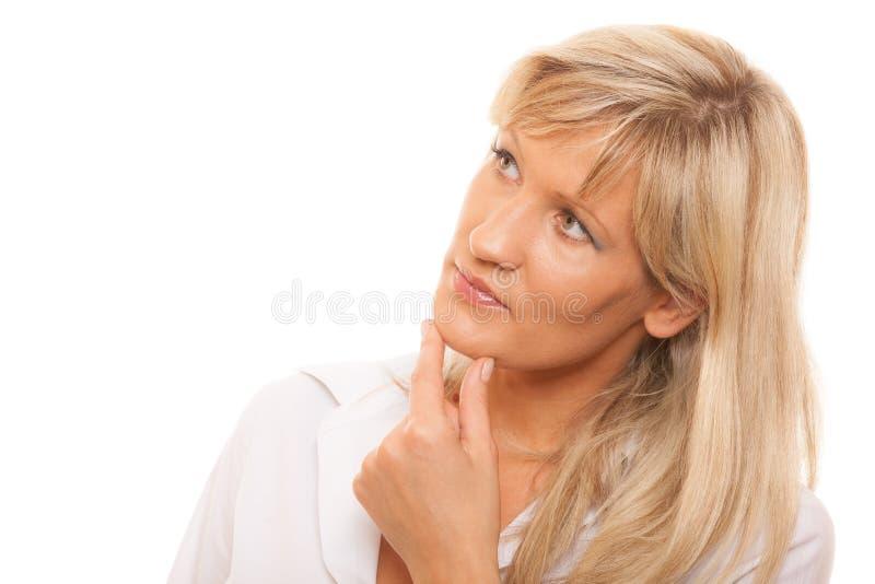 Σκεπτόμενη ώριμη γυναίκα που φαίνεται επάνω απομονωμένη στοκ εικόνες με δικαίωμα ελεύθερης χρήσης