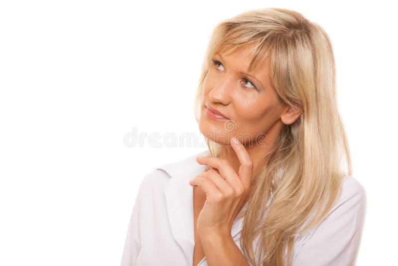 Σκεπτόμενη ώριμη γυναίκα που φαίνεται επάνω απομονωμένη στοκ φωτογραφίες με δικαίωμα ελεύθερης χρήσης