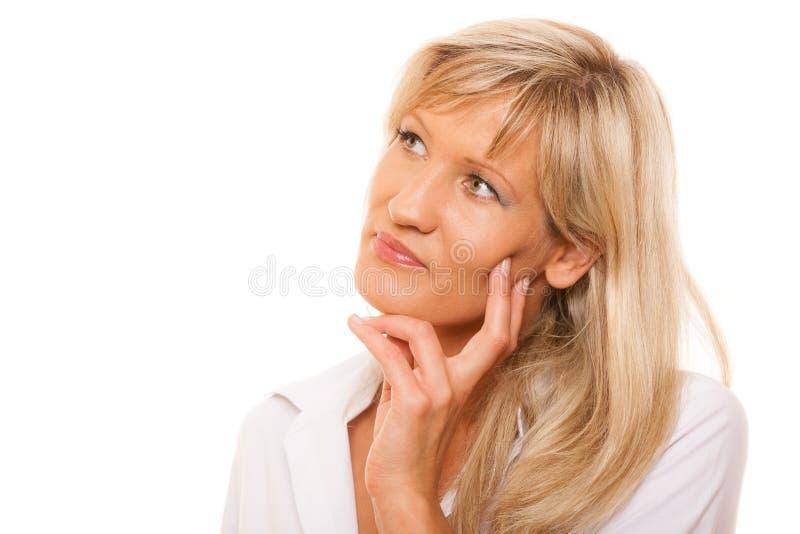 Σκεπτόμενη ώριμη γυναίκα που φαίνεται επάνω απομονωμένη στοκ φωτογραφία με δικαίωμα ελεύθερης χρήσης