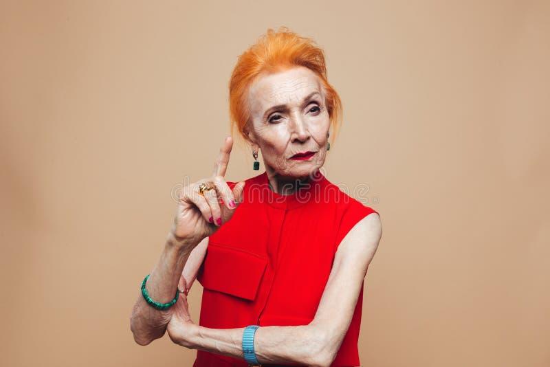 Σκεπτόμενη ώριμη redhead γυναίκα μόδας στοκ φωτογραφία με δικαίωμα ελεύθερης χρήσης