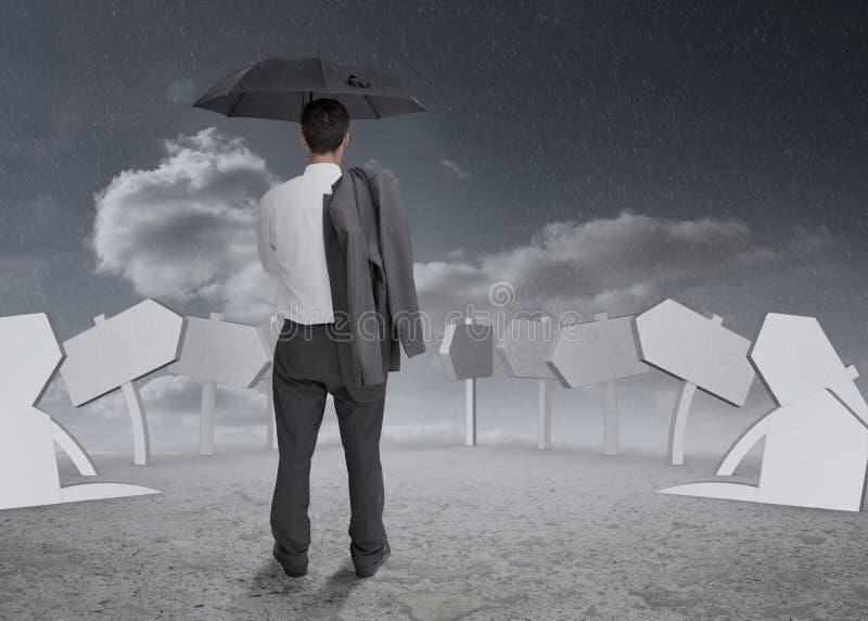 Σκεπτόμενος επιχειρηματίας που κρατά την ομπρέλα και το σακάκι του στοκ εικόνα