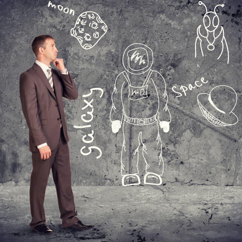 Σκεπτόμενος επιχειρηματίας στο σχεδιάγραμμα στοκ εικόνες