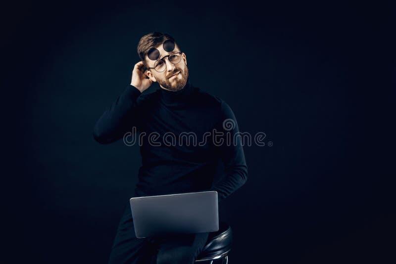 Σκεπτόμενο άτομο στα γυαλιά κτυπήματος με το lap-top στοκ φωτογραφία