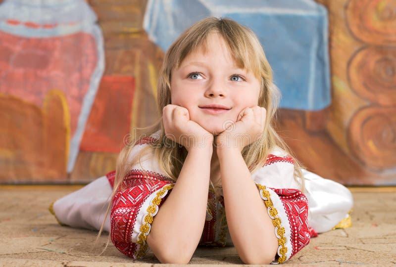 Σκεπτόμενο κορίτσι στοκ εικόνες με δικαίωμα ελεύθερης χρήσης
