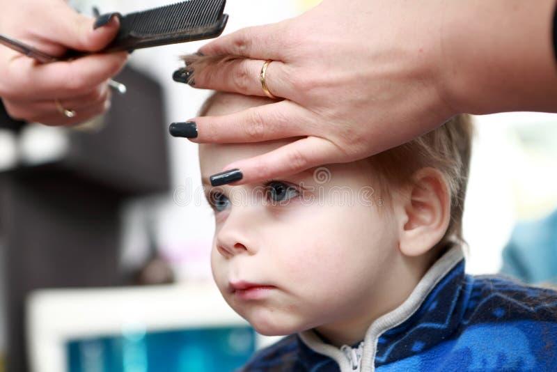 Σκεπτόμενο παιδί που έχει έναν πρώτο χρόνο κουρέματος στοκ φωτογραφίες με δικαίωμα ελεύθερης χρήσης